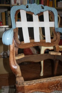 Stary fotel debowy. Matowimy papierem ściernym i nakładamy pierwszą warstwę niebieskiej farby.